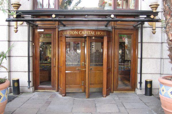Drzwi obrotowe w Grafton capital Hotel (fot. Russell James Smith)
