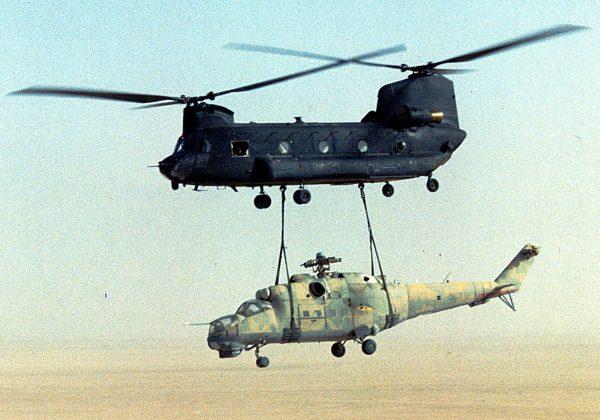 Przejęty Mi-25 podwieszony pod MH-47 (fot USAF)