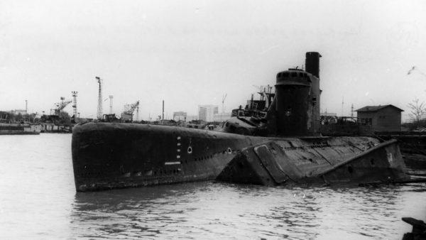 Pozostałości okrętu podwodnego projektu 615 należącego do Floty Bałtyckiej - zdjęcie opisywane jako wykonane w 1976 roku